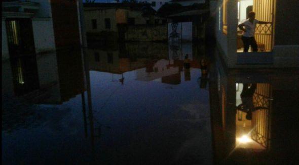 Foto leitora VOZ - Bruna Ap.A.Mancini: Rua Evaristo C Silva - Bairro Vila Nova - essa rua mesmo quando a chuva é em menor volume, sempre inunda. É um problema que precisa ser resolvido urgente!