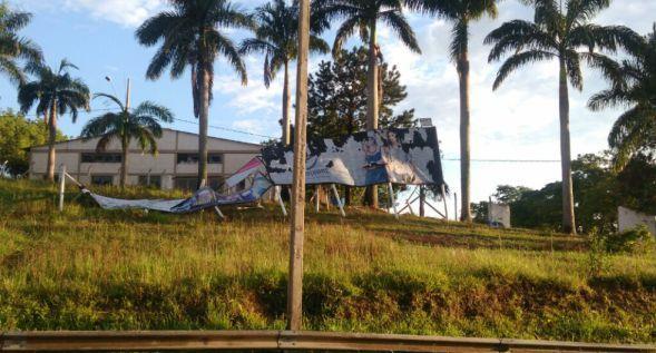 Foto: Renan Santos: outdoors danificados, próximo ao Rodoporto, na saída de Perdões