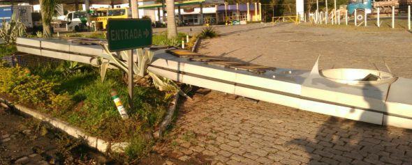 Foto: Renan Santos - com o forte vento, várias placas foram derrubadas.